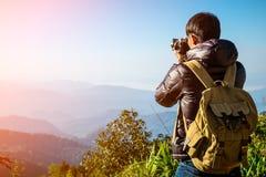 Viaggiatore dell'uomo con la macchina fotografica e lo zaino della foto fotografia stock