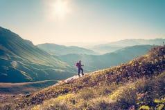 Viaggiatore dell'uomo con lo stile di vita di viaggio di trekking dello zaino Immagini Stock Libere da Diritti