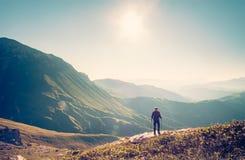 Viaggiatore dell'uomo con lo stile di vita di viaggio di trekking dello zaino Fotografia Stock Libera da Diritti