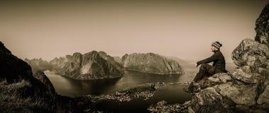 Viaggiatore dell'uomo nel villaggio di Reine, Norvegia Immagine Stock