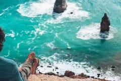 Viaggiatore dell'uomo sopra il paesaggio freddo del mare Fotografia Stock Libera da Diritti