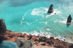 Viaggiatore dell'uomo sopra il paesaggio freddo del mare Fotografia Stock