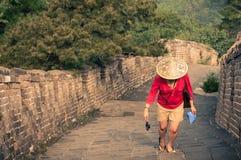 Viaggiatore della donna alla grande muraglia Fotografia Stock