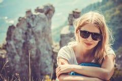 Viaggiatore della donna che fa un'escursione in montagne Fotografie Stock