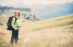 Viaggiatore della donna che fa un'escursione in montagne Fotografia Stock