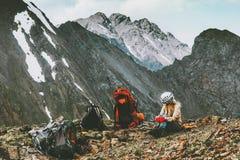 Viaggiatore della donna che fa un'escursione in montagne con il viaggio dello zaino Fotografia Stock