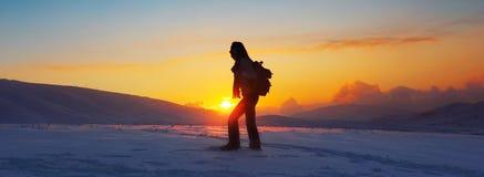 Viaggiatore della donna che fa un'escursione in montagne di inverno fotografia stock