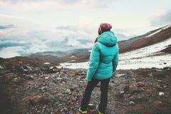 Viaggiatore della donna che gode del paesaggio nebbioso delle montagne Immagine Stock Libera da Diritti