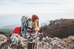 Viaggiatore della donna con alpinismo dello zaino Fotografie Stock Libere da Diritti