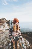 Viaggiatore della donna con alpinismo dello zaino Immagini Stock