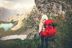 Viaggiatore della donna con alpinismo rosso dello zaino Fotografia Stock Libera da Diritti