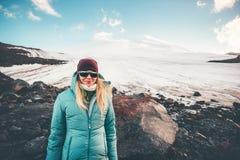 Viaggiatore della donna con la montagna di Elbrus su fondo Immagini Stock