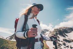 Viaggiatore della donna con lo zaino che fa un'escursione in montagne Immagine Stock Libera da Diritti