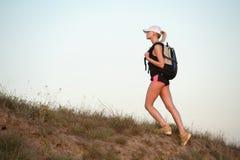 Viaggiatore della donna con lo zaino che fa un'escursione in montagne con bello Fotografie Stock