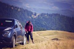 Viaggiatore della donna con lo zaino che fa un'escursione in montagne con bello Immagine Stock Libera da Diritti