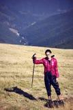 Viaggiatore della donna con lo zaino che fa un'escursione in montagne con bello Fotografie Stock Libere da Diritti