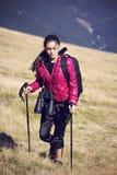 Viaggiatore della donna con lo zaino che fa un'escursione in montagne con bello Fotografia Stock