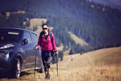 Viaggiatore della donna con lo zaino che fa un'escursione in montagne con bello Fotografia Stock Libera da Diritti