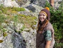 Viaggiatore della donna con lo zaino che fa un'escursione in montagne con il bello paesaggio dell'Himalaya sullo sport di alpinis Fotografia Stock Libera da Diritti