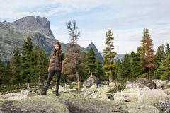 Viaggiatore della donna con lo zaino che fa un'escursione in montagne con il bello paesaggio dell'Himalaya sullo sport di alpinis Immagine Stock Libera da Diritti