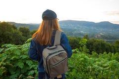 Viaggiatore della donna con lo zaino che guarda vista Immagine Stock Libera da Diritti