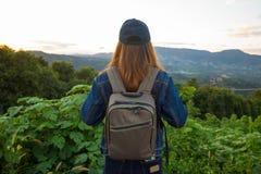 Viaggiatore della donna con lo zaino che guarda vista Fotografia Stock Libera da Diritti