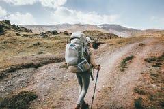 Viaggiatore della donna in montagne con il grande zaino Immagini Stock