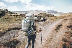 Viaggiatore della donna in montagne con il grande zaino Fotografia Stock