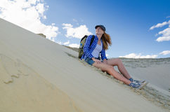Viaggiatore della donna nel deserto Immagini Stock