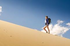 Viaggiatore della donna nel deserto Immagine Stock