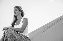Viaggiatore della donna nel deserto Fotografie Stock Libere da Diritti