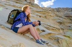 Viaggiatore della donna nel deserto Fotografia Stock