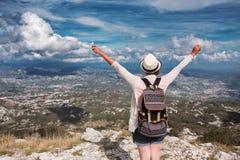 Viaggiatore della donna sull'alta montagna Mani in su nell'aria Fotografie Stock