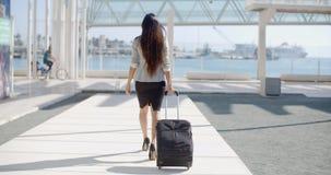 Viaggiatore della donna in una via urbana stock footage