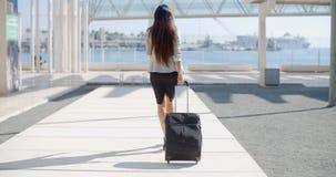 Viaggiatore della donna in una via urbana Fotografie Stock