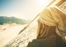 Viaggiatore della giovane donna che fa un'escursione concetto di stile di vita di viaggio Fotografia Stock