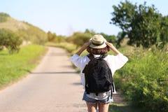 Viaggiatore della giovane donna con lo zaino che gode e che sta sulla strada delle montagne fondo, Koh Larn nella città di Pattay immagini stock libere da diritti