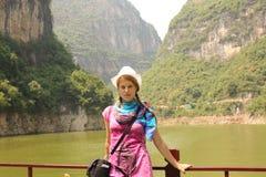 Viaggiatore della giovane donna sul fiume Chang Jiang, Cina Immagine Stock