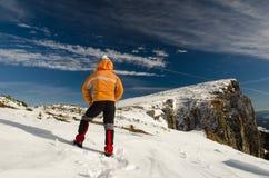 Viaggiatore della montagna nell'orario invernale Fotografia Stock
