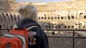 Viaggiatore della ragazza che cammina verso Roman Colosseum Italian Monument stock footage