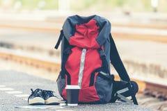 Viaggiatore dello zaino per i viaggi di avventura alla stazione ferroviaria vicino alla ferrovia immagini stock