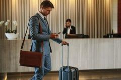 Viaggiatore di affari che arriva al suo hotel immagini stock libere da diritti