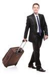 Viaggiatore di affari che trasporta una valigia Fotografia Stock