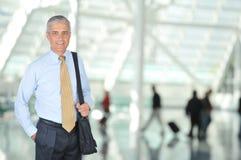 Viaggiatore di affari nel Concourse dell'aeroporto Immagine Stock
