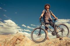 Viaggiatore di Bikeer con il ritratto della bicicletta in montagna dell'Himalaya immagine stock libera da diritti