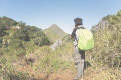 Viaggiatore di viaggiatore con zaino e sacco a pelo con lo zaino nel viaggio di alpinismo Immagine Stock