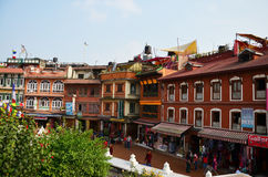 Viaggiatore e gente nepalese sul mercato di strada di Boudhanath o di Bodnath Stupa per la compera e vendere Immagine Stock