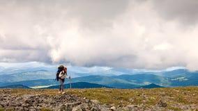Viaggiatore ed escursione della donna fotografia stock