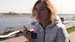 Viaggiatore felice che mangia il piatto in un ristorante - capelli marroni ondulati, donna femminile caucasica bianca delle costo archivi video