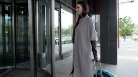 Viaggiatore felice che sorride e che porta bagagli blu archivi video